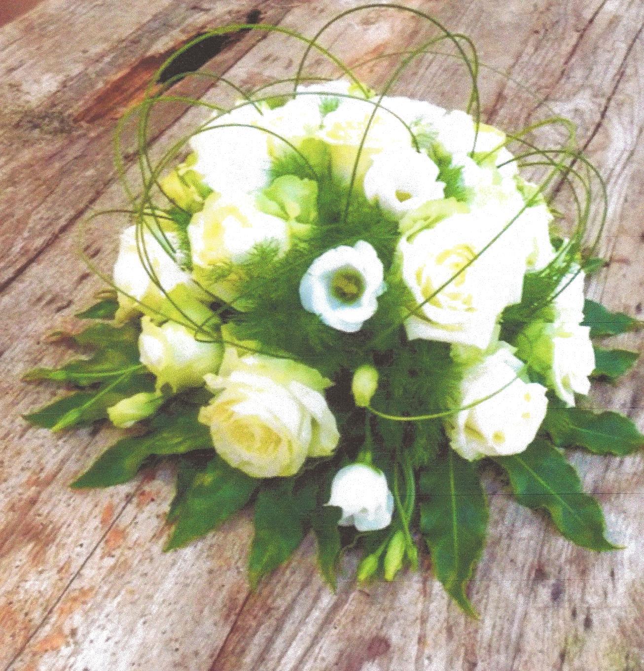 NR 1 bloemstuk hedendaags rond rozen en flexigras 65 euro