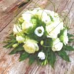 Bloemstuk hedendaags rond rozen en flexigras