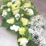Bloemstuk met gipskruid rozen seizoensvulling flexigras