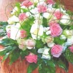 NR 4 - bloemstuk rond gemengde kleuren rozen flexigras - 85 euro