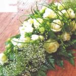 NR 5 - Bloemstuk met gipskruid rozen flexigras en seizoensvulling 85 euro