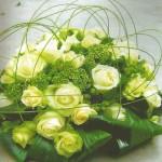 NR 09 - rond bloemstuk met witte rozen seizoensvulling en flexigras 95 euro