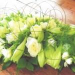 NR 17 - Bloemstuk lang met wite lelies rozen flexigras 130 euro