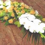 NR 19 - Bloemstuk arondskelken rozen en seizoensvulling 120 euro