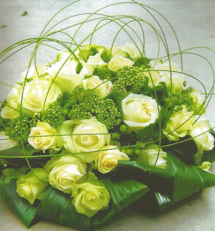 NR 9 rond bloemstuk met witte rozen seizoensvulling en flexigras 95 euro